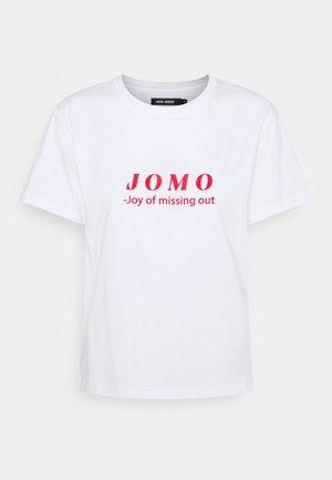 JOMO TEE - Printtipaita - white