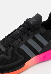 adidas Originals - ZX 2K FLUX SPORTS INSPIRED SHOES UNISEX - Sneakers - core black/grey six/shock pink - 5
