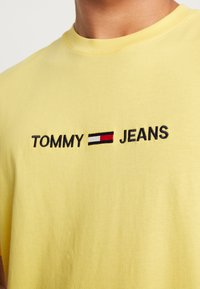 Tommy Jeans - SMALL LOGO TEE - Print T-shirt - aspen gold - 5