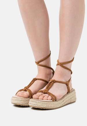 FARRAH - Korkeakorkoiset sandaalit - brown