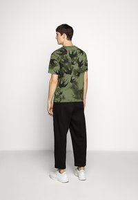 McQ Alexander McQueen - DROPPED SHOULDER - Print T-shirt - military khaki - 2
