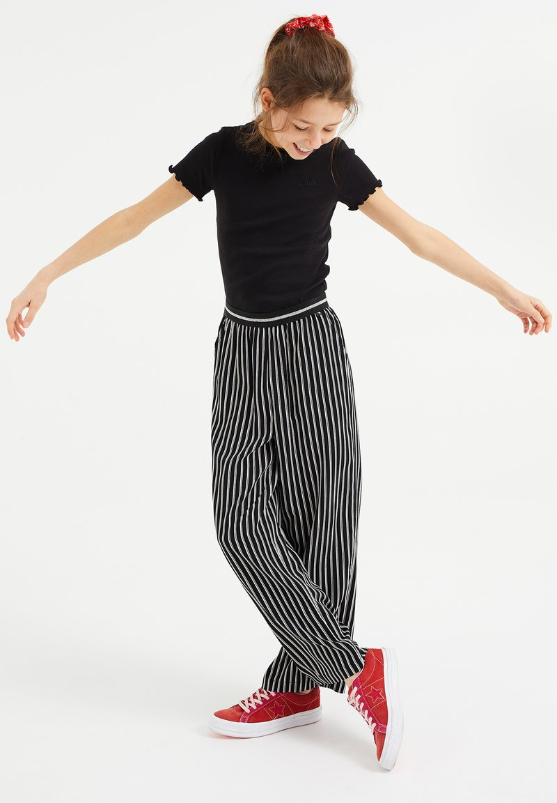 WE Fashion - Trousers - black