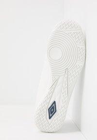 Umbro - MEDUSÆ III LEAGUE IC - Scarpe da calcetto - white/medieval blue/blue radiance - 4