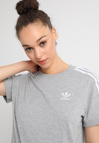 adidas Originals - STRIPES TEE - Print T-shirt - medium grey heather - 3