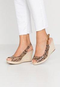 Dune London WIDE FIT - WIDE FIT KICKS  - Sandaler med høye hæler - natural - 0