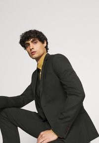 Isaac Dewhirst - SINGLE BREASTED SUIT - Kostym - green - 9