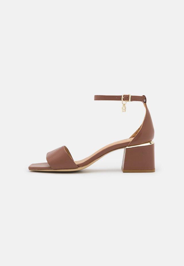 HANNA  - Sandały - walnut brown