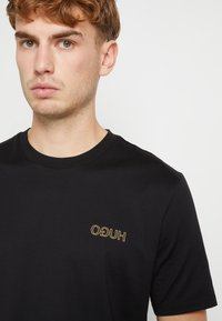 HUGO - DURNED ZA - Print T-shirt - black/gold