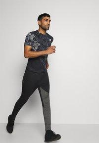 New Balance - PRINTED VELOCITY - T-shirt med print - black - 5