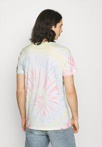 Redefined Rebel - FINN TEE - Print T-shirt - sun spring - 2