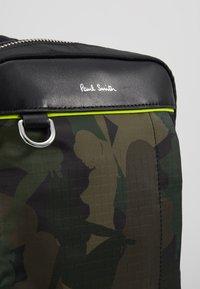 Paul Smith - MENS BAG SLING CAMO - Sac bandoulière - green - 5