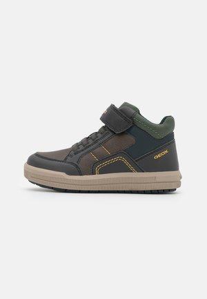 ARZACH BOY - Sneakersy wysokie - coffee/navy