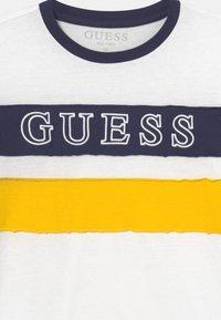 Guess - JUNIOR  - Maglietta a manica lunga - true white - 2