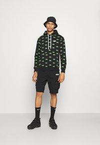 Nike Sportswear - CLUB HOODIE SCRIPT - Luvtröja - black/mean green/white - 1