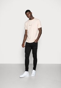 Mennace - ESSENTIAL SIG UNISEX - T-shirt basique - beige - 1