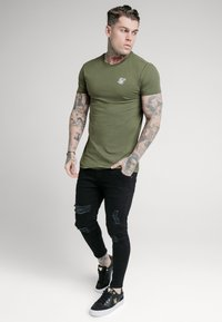 SIKSILK - SHORT SLEEVE GYM - Basic T-shirt - khaki - 1