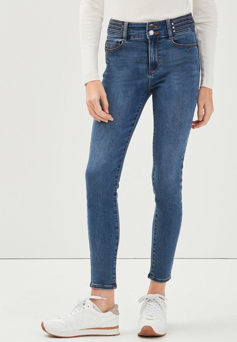 Cache Cache - MIT NIETENDETAILS - Jeans Skinny Fit - stone blue denim