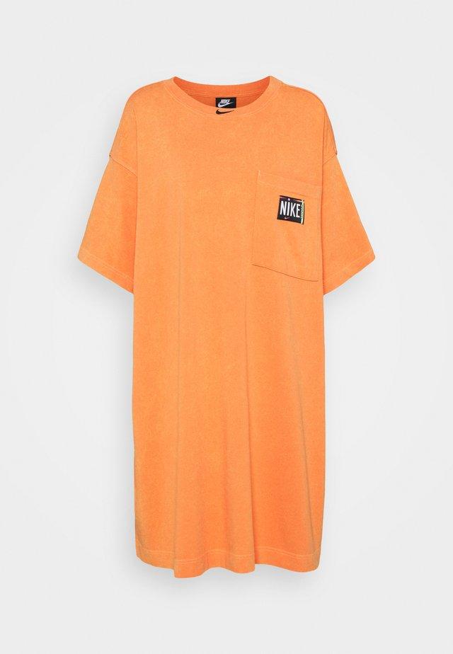 WASH - Korte jurk - atomic orange/black