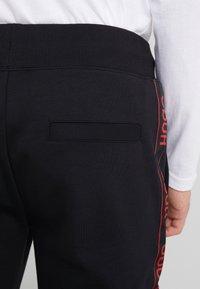 HUGO - DASCHKENT - Spodnie treningowe - black - 6