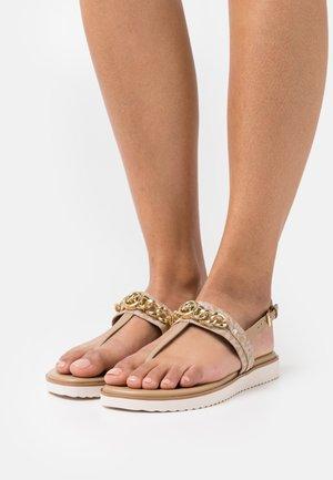 ROXANE THONG - Sandály s odděleným palcem - camel