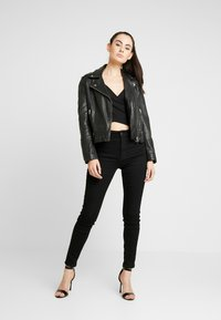 NA-KD - Pamela Reif x NA-KD BARDOT WRAP FRONT CROP - Long sleeved top - black - 1