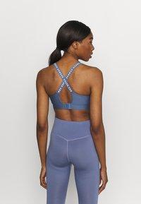 Under Armour - INFINITY MID BRA - Sportovní podprsenky se střední oporou - mineral blue - 2