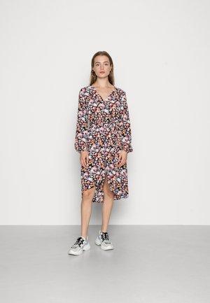 JDYROXANNE WRAP DRESS - Kjole - black/pastel
