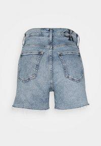 Calvin Klein Jeans - MOM - Shorts di jeans - denim light - 6