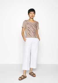 Cream - LEEVA - Print T-shirt - taupe gray - 1