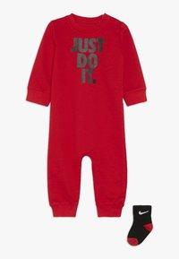 Nike Sportswear - ICON COVERALL BABY SET - Nattdräkt - university red - 0
