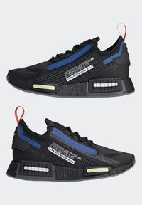 adidas Originals - NMD_R1 SPECTOO UNISEX - Sneakersy niskie - core black/yellow tint - 8