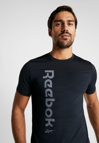 Reebok - WORKOUT SPORT SHORT SLEEVE GRAPHIC TEE - T-Shirt print - black - 3
