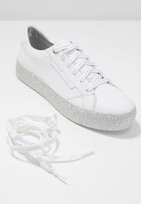 Tommy Hilfiger - GLITTER FOXING DRESS SNEAKER - Sneakers - white/silver - 7