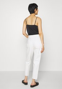 Madewell - MOM IN GRINDED RAW ADD RIPS - Relaxed fit jeans - tile white - 2