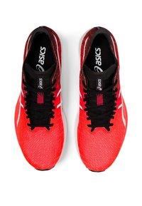 ASICS - MAGIC SPEED - Löparskor för tävling - sunrise red/white - 2