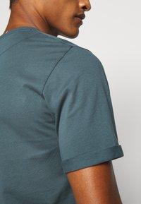 Les Deux - ENCORE  - Print T-shirt - blue fog/anthrazit - 4