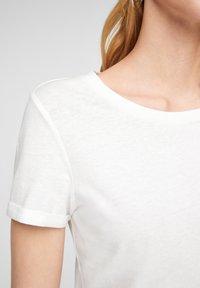 QS by s.Oliver - Basic T-shirt - white - 6
