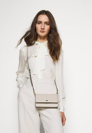 MOTTPHONE CROSSBODY - Across body bag - light sand