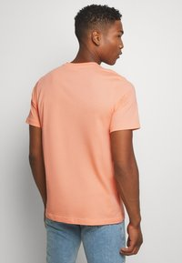 adidas Originals - TREFOIL UNISEX - T-shirts print - coral - 2