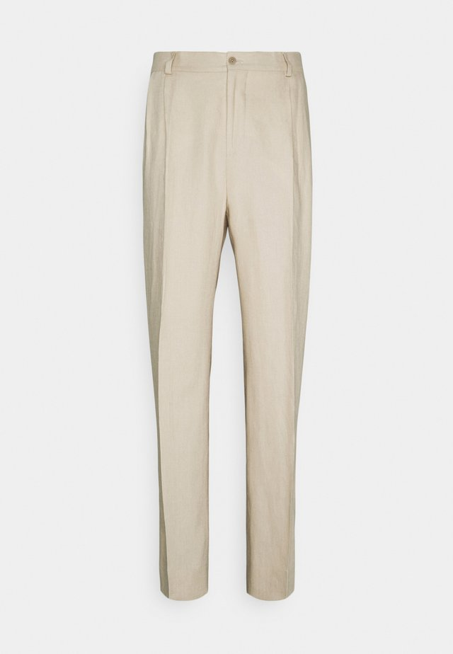REMY TECH PLEATED PANTS - Pantaloni eleganti - sand grey