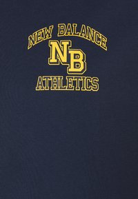 New Balance - ATHLETICS VARSITY TEE - Print T-shirt - dark blue - 6