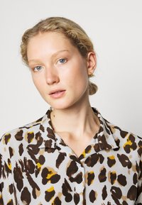 Steffen Schraut - KIKIS FANCY BLOUSE - Button-down blouse - beige - 3