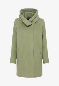 MIT VOLUMENKRAGEN - Short coat - lindengrün