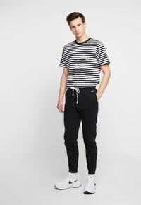 Hollister Co. - JOGGER - Pantalones deportivos - black - 1