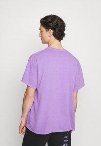 Vintage Supply - ABSTRACT ART GRAPHIC UNISEX - T-shirt imprimé - purple - 2