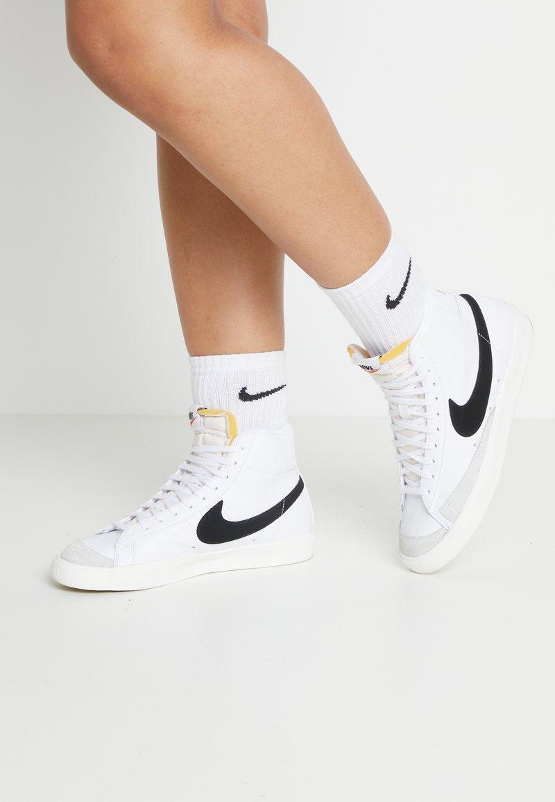 Nike Sportswear - BLAZER MID '77 - Sneakersy wysokie - white/black/sail blanc
