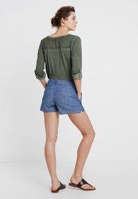GAP - CITY SHORT CHAMBRAY - Shorts - medium indigo - 2