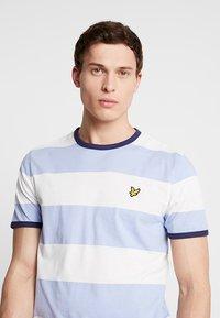 Lyle & Scott - WIDE STRIPE RINGER - T-shirt med print - blue smoke - 4