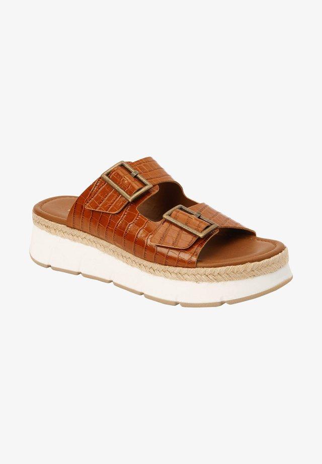 Pantofle na podpatku - tan
