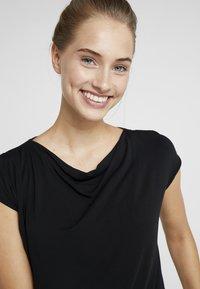 Curare Yogawear - WASSERFALL - Basic T-shirt - black - 4